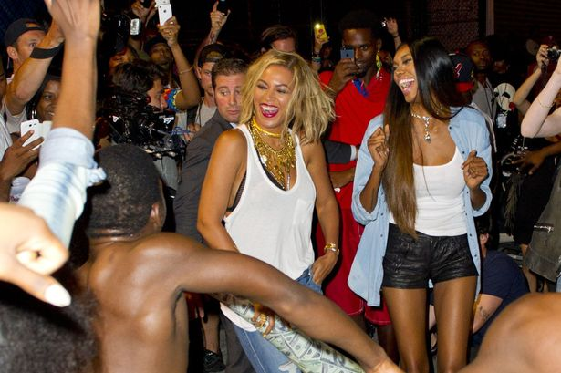 Beyonce-filming-a-music-video-at-the-Coney-Island-2237983